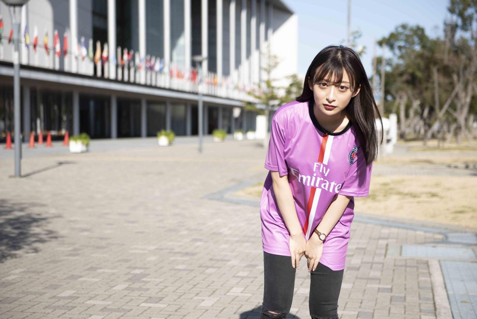 フライエミレーツのクラスTシャツを着ている女性