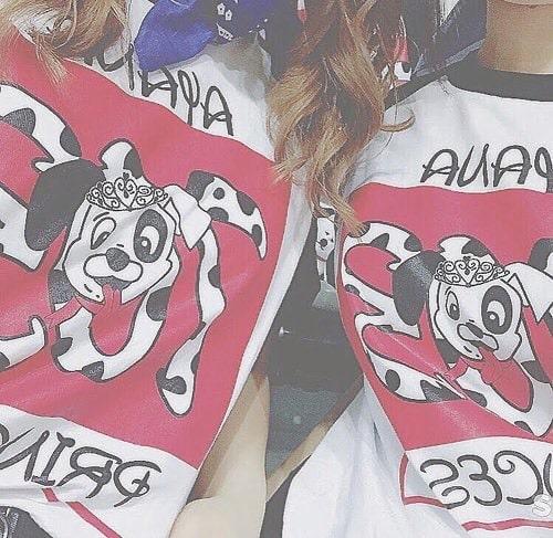 101匹わんちゃんのクラスTシャツを着る2人の女の子