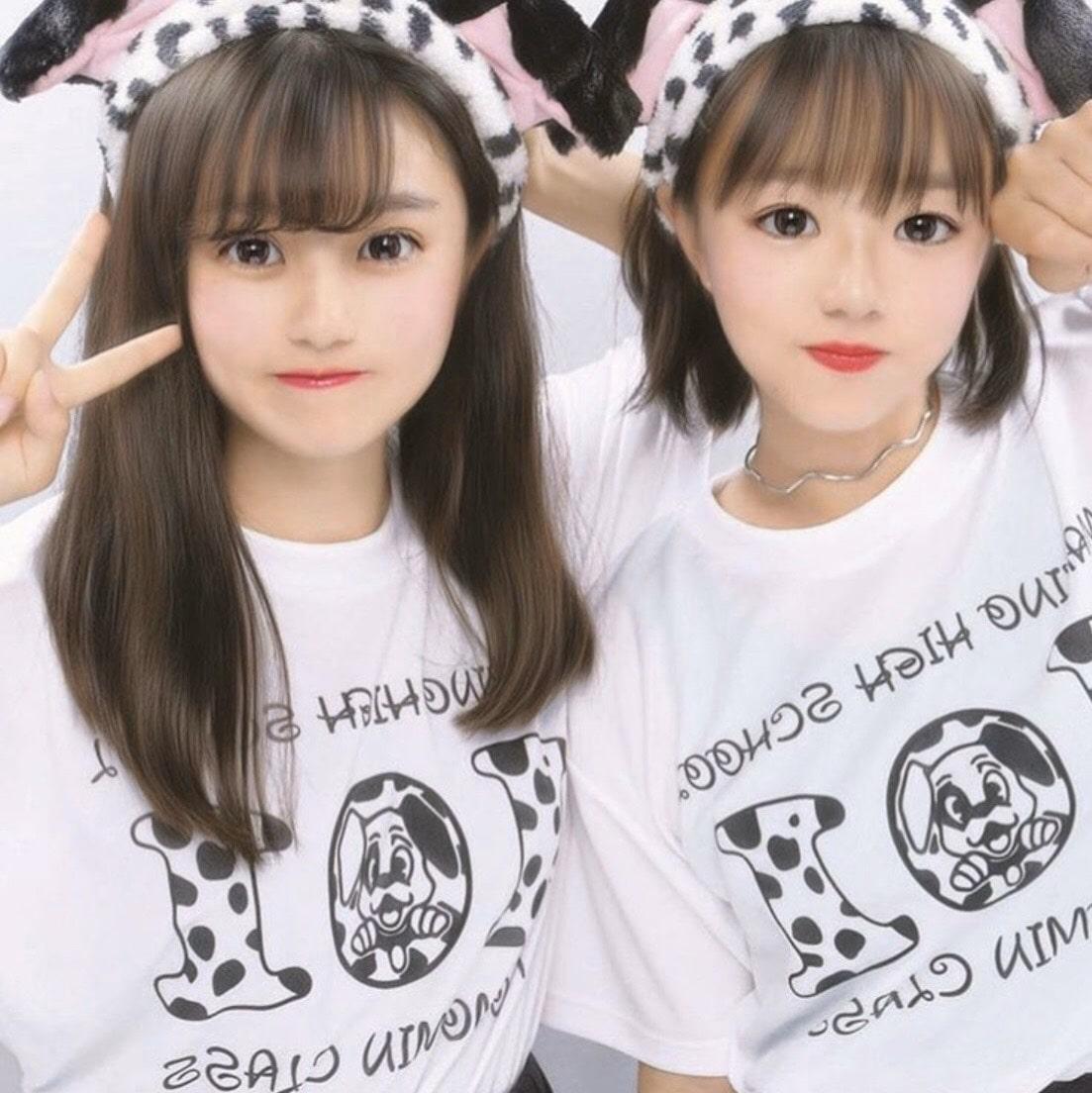 101匹わんちゃんのクラスTシャツを着る2人の女子高生