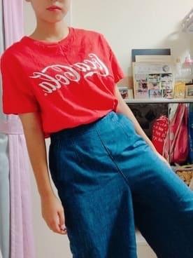 CocaColaのクラスTシャツを着ている女の子