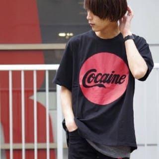 CocaColaのクラスTシャツを着ている男性