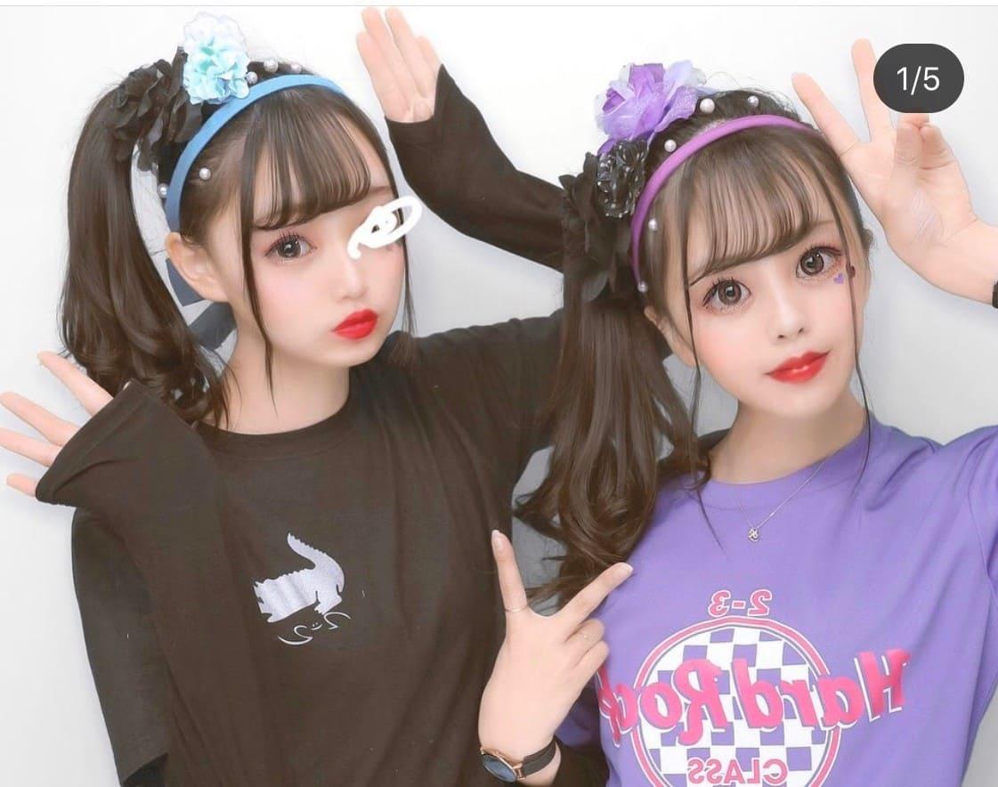 HardRockCafeのクラスTシャツを着ている女子高生2人