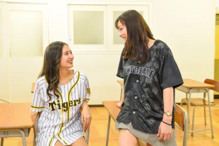 阪神のユニフォームを着ている女性