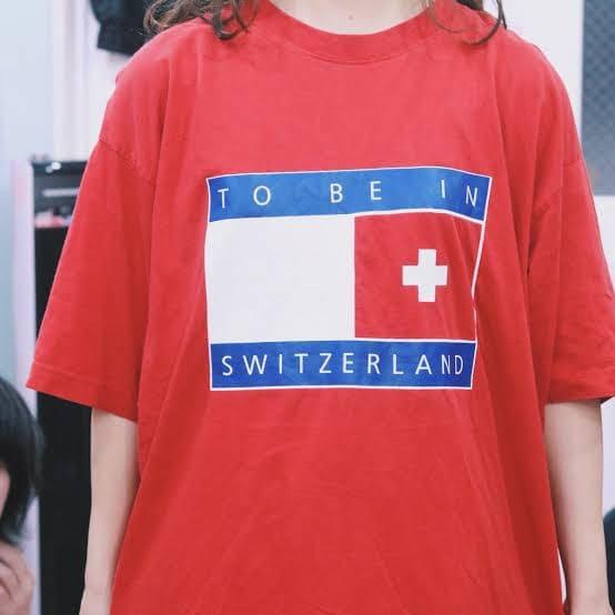 TommyのクラスTシャツを着ている女性