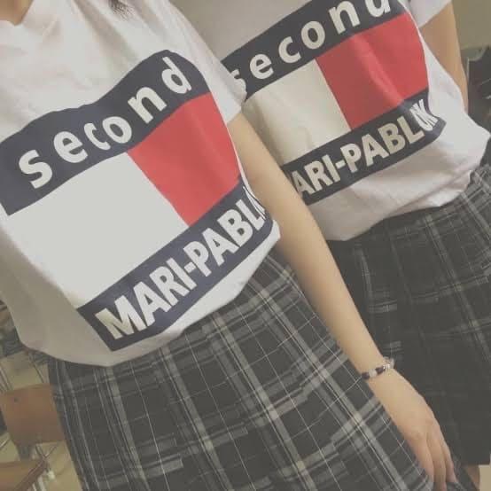 TommyのクラスTシャツを着ている2人の女子高生