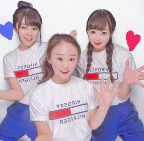 TommyのクラスTシャツを着ている3人の女子高生