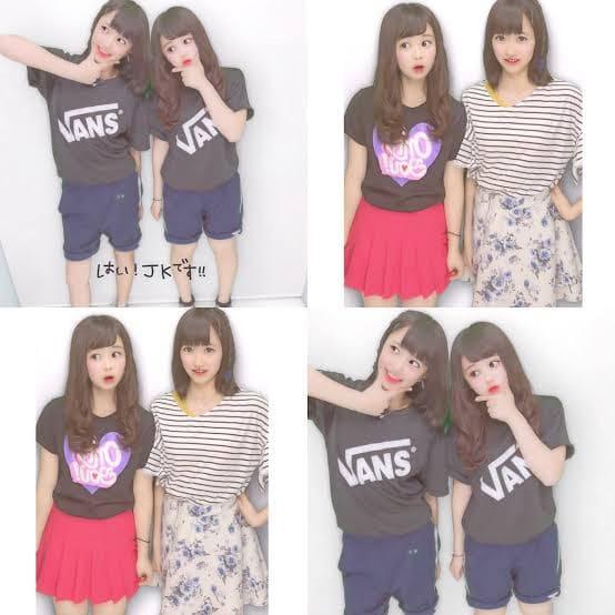 VansのクラスTシャツを着た2人の女子高生