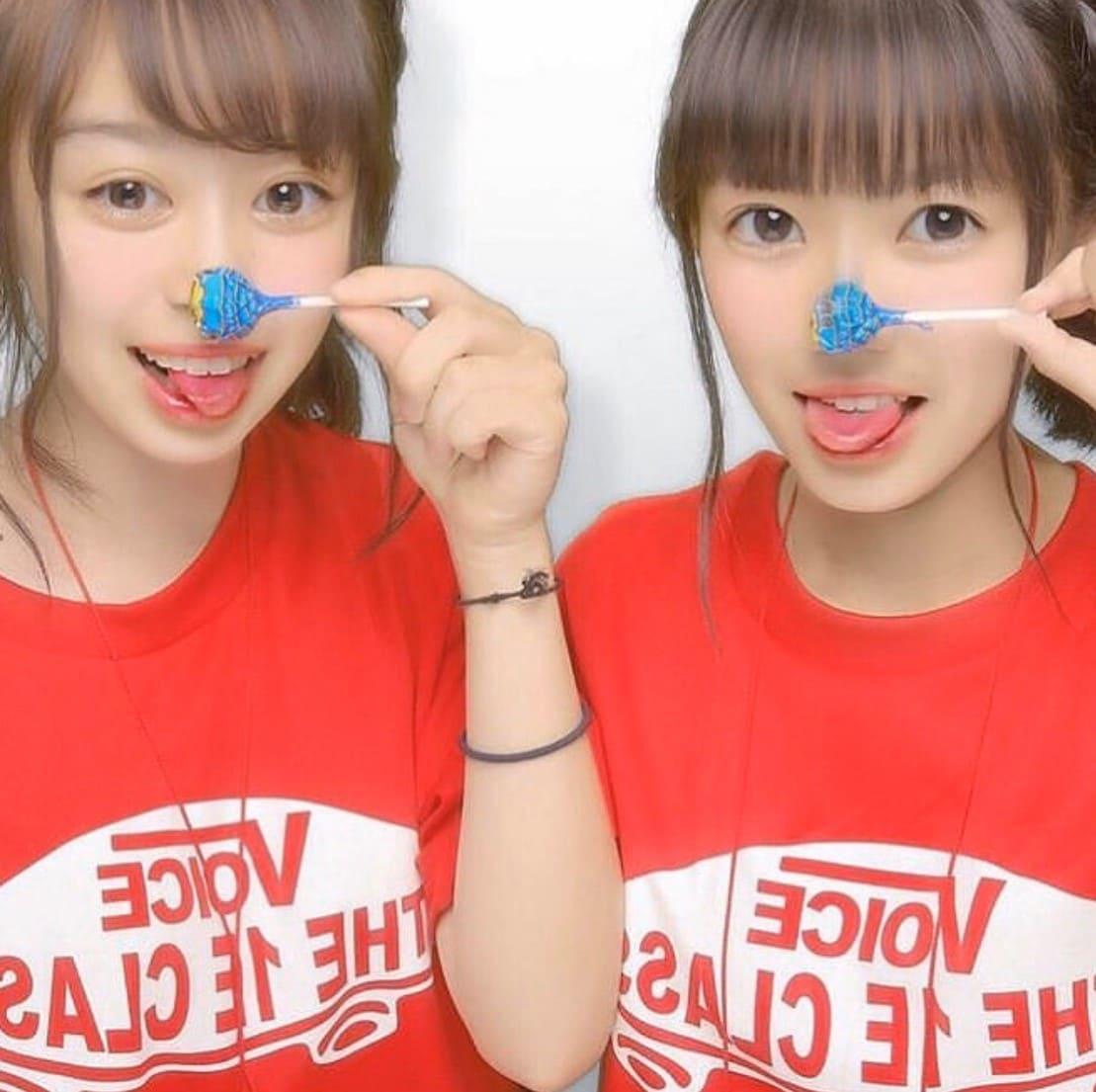 Vansの赤いクラスTシャツを着ている二人の女の子