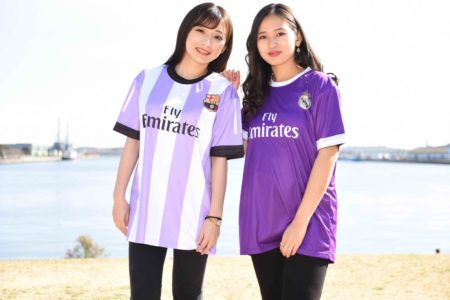 フライエミレーツのクラスTシャツを着ている2人の女性
