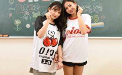 oioi(オアイオアイ)のクラスTシャツを着ている2人の女性